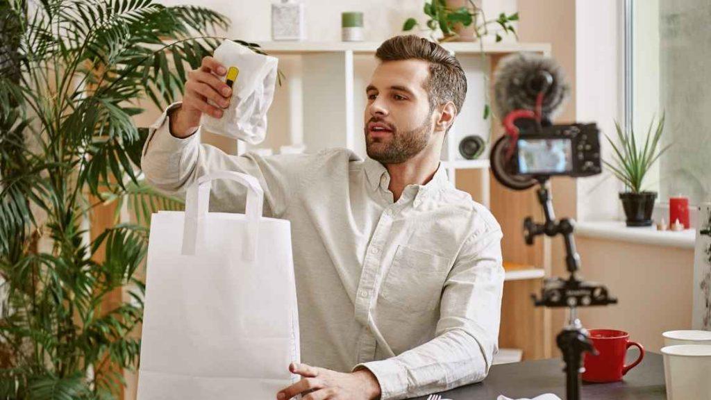 Muškarac snima sadržaj vadeći stvari koje je kupio
